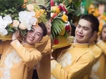 """Bức ảnh """"một công việc hai số phận"""" đang hot: Cùng bê tráp đám cưới mà kẻ mếu máo, người lại cười tươi"""