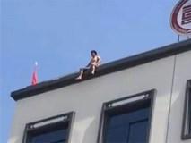 Người đàn ông định nhảy lầu tự tử, nhưng ngồi tầng thượng nắng quá nên quay sang nhảy sông