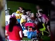 Con bị giành đồ chơi, người phụ nữ tức tối tát bé gái 2 tuổi đến phát khóc
