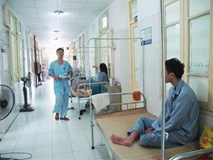 Hà Nội thêm hàng trăm ca sốt xuất huyết mỗi ngày: Vợ chồng cùng nhập viện, con cái phải gửi về quê