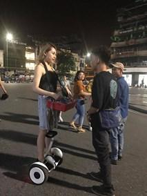 Chuyện ít người biết về cô gái ăn mặc sành điệu bán kẹo cao su trên phố đi bộ Hà Nội