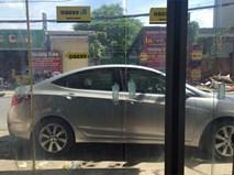 Mở cừa ra ngoài, chủ nhà bức xúc khi thấy hành động thiếu ý thức của tài xế ô tô