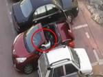 Khoảnh khắc ô tô tông văng xe máy để trả đũa sau va chạm-1