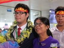 Người mẹ nghèo ôm hoa đón con giành HCV cuộc thi Olympic Toán quốc tế gây xúc động