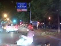 Tài xế mở cửa bất cẩn, cô gái đi xe máy ngã văng trước đầu ô tô