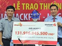 Người phụ nữ trúng độc đắc 131 tỷ đồng đeo mặt nạ nhận giải