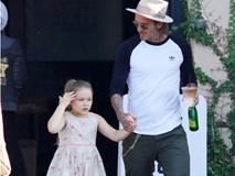 Harper điệu đà níu tay bố David Beckham khi đi trên đường