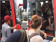Sự thật đằng sau clip du khách nước ngoài bị phụ xe ném đồ, đuổi xuống xe gây bức xúc cộng đồng mạng