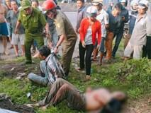 """Hai """"cẩu tặc"""" bị người dân đánh bất tỉnh, đốt cháy xe máy gây náo loạn cả vùng quê"""
