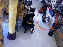 Vào chùa giả vờ thắp nhang, người phụ nữ câu trộm luôn cả tiền công đức