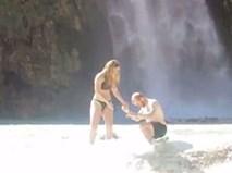 Cầu hôn bạn gái bên thác nước cho hoành tráng, chàng trai không ngờ rơi vào tình huống dở khóc dở cười