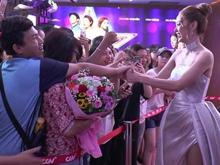 Minh Hằng 'béo ú' hạnh phúc trong vòng tay người hâm mộ