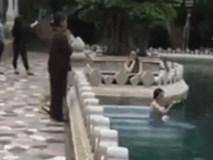 Cô gái hồn nhiên tắm giữa hồ nước trong chùa