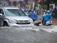 Hà Nội ngập sâu trong cơn mưa kéo dài nhiều giờ