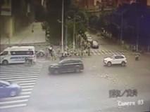 30 triệu đồng bị gió thổi bay lả tả trên phố, và đây là phản ứng khó tin của người đi đường