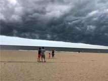 Khoảnh khắc mây giông kỳ lạ hình 'quái vật' như 'nuốt chửng' biển Sầm Sơn