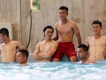 U22 Việt Nam thả lỏng ở bể bơi sau trận thắng 4-1