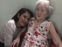 Việt Trinh quỳ gối nói chuyện với bà ngoại nổi tiếng nhất mạng xã hội và câu chuyện xúc động về lòng hiếu thảo