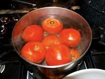 Cho cà chua đông đá rồi chà lên khắp mặt trong vài phút, 10 người dùng 9 người mê