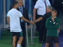 Ronaldo khoác vai Mourinho, ăn mừng phấn khích sau chức vô địch