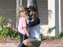 Công chúa Harper được bố David Beckham âu yếm giữa sân golf