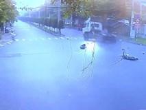Video vụ tai nạn kinh hoàng giữa xe container và xe máy khiến 3 người thương vong