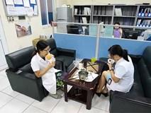 Nữ điều dưỡng mang thai sắp đẻ vẫn căng mình chống sốt xuất huyết