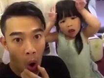 """Màn """"tấu hài"""" hài cực cute của bố và con gái"""