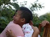 """2 con cùng bị bệnh, bố mẹ nghèo đau đớn chọn """"từ bỏ con trai lớn và cứu sống con trai út"""""""