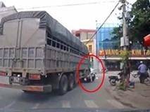 Xe tải chuyển hướng kẹp gãy chân người phụ nữ đi xe máy