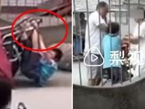 Clip: Bé trai bị mẹ buộc dây vào cổ, bố trói chân tay vào xe máy kéo đi