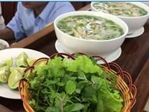 Quán phở lạ nhất Việt Nam: Điều khiển từ xa, phở tự chạy ra mời khách