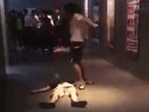 Xôn xao clip nam thanh niên vừa nhảy múa la hét vừa kéo lê người bạn ngất xỉu trên sàn rạp chiếu phim ở Sài Gòn