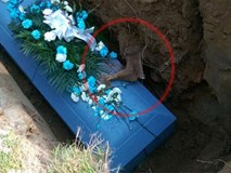 Chôn cất người cha quá cố, cả gia đình 'lạnh gáy' khi thấy bàn chân đang phân hủy trên quan tài