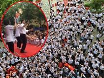 Clip thầy hiệu phó nhảy cực sung cùng học trò ngay giữa sân trường