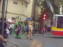 Tài xế quỳ lạy CSGT vì bị xử phạt đi vào đường cấm