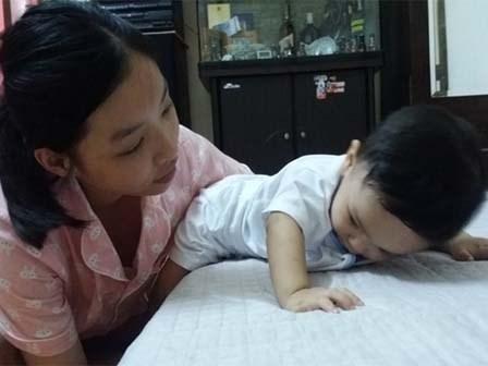 Cuộc sống mới của bé trai 14 tháng bị bạo hành
