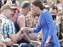 Công nương Kate có thể bắt tay, chụp ảnh selfie nhưng không bao giờ được làm điều này tại nơi công cộng