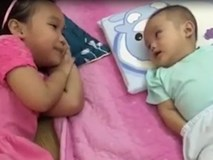 Chị gái tâm sự cùng em trai 17 tháng tuổi mỗi khi mẹ bận việc