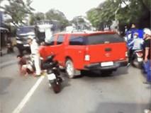 """Ô tô lao vào hiện trường tai nạn để """"giải cứu"""" cho xe bán tải rồi bỏ chạy trước sự ngỡ ngàng của người dân và CSGT"""