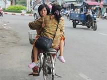 Người mẹ và câu chuyện 15 năm cõng con gái trên lưng rong ruổi khắp Sài Gòn