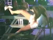 """Clip: Nữ ca sĩ trẻ vô tình """"té sấp mặt"""" trên sân khấu khi đang biểu diễn"""