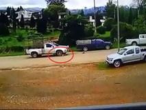 Trẻ 15 tuổi lùi xe ô tô rồi bất ngờ đâm phải đôi vợ chồng đi bộ trên đường