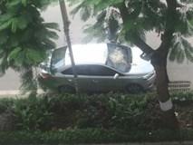 """Đỗ xe dưới sân chung cư, tài xế nhận được """"món quà"""" bất ngờ từ trên trời rơi xuống"""