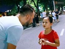 """Gặp bé gái gây """"sốt"""" bởi clip dạy tiếng Việt cho khách nước ngoài ở phố đi bộ Hồ Gươm"""