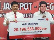 Thợ máy quê Lâm Đồng đeo mặt nạ nhận thưởng 20 tỷ đồng