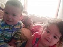 Bị mẹ nhốt ngoài xe hơi giữa trời nắng nóng, 2 đứa trẻ mới biết đi thiệt mạng oan