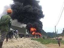 Tài xế bất lực nhìn xe tải bốc cháy ngùn ngụt trên quốc lộ