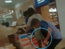 """Dắt con gái đi mua sách, gã """"dê xồm"""" tiện thể chụp trộm dưới váy các cô gái trẻ"""