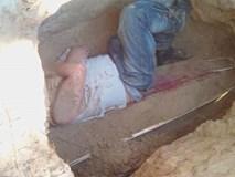 Chàng trai đào mộ, chui vào nằm trên quan tài người yêu quá cố vì giấc mơ lạ